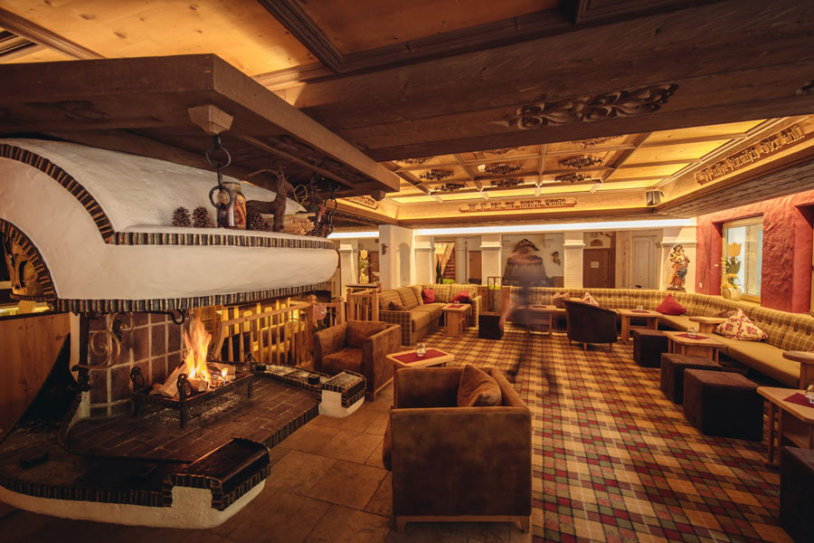 Hotel Neuhintertux: Bar & fireplace room